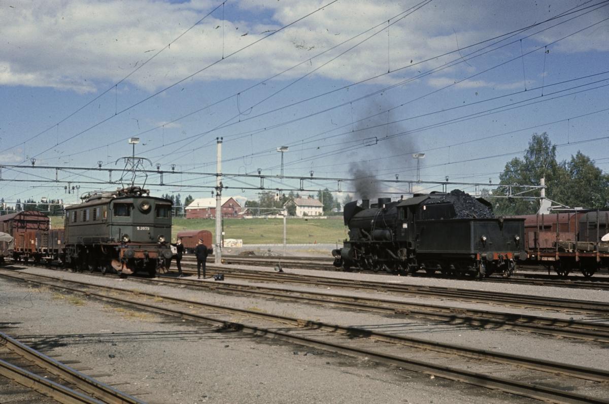 Kryssing mellom godstog på Eina stasjon. Elektrisk lok El 5 2035 og damplok tye 30b nr 347.