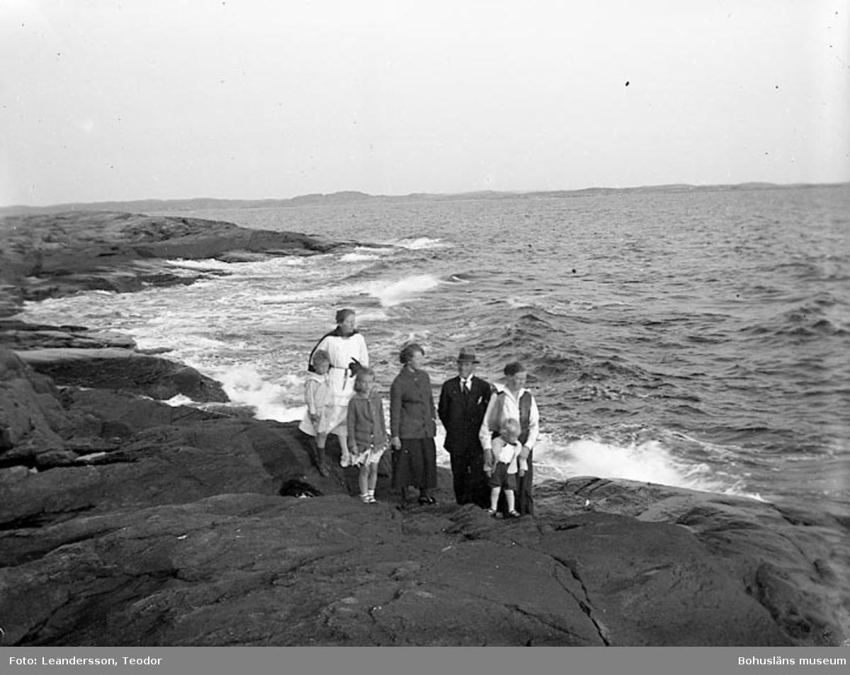 """Text som medföljde fotot: """"Grupp på klipporna (Mollön). 4/8 1921""""."""