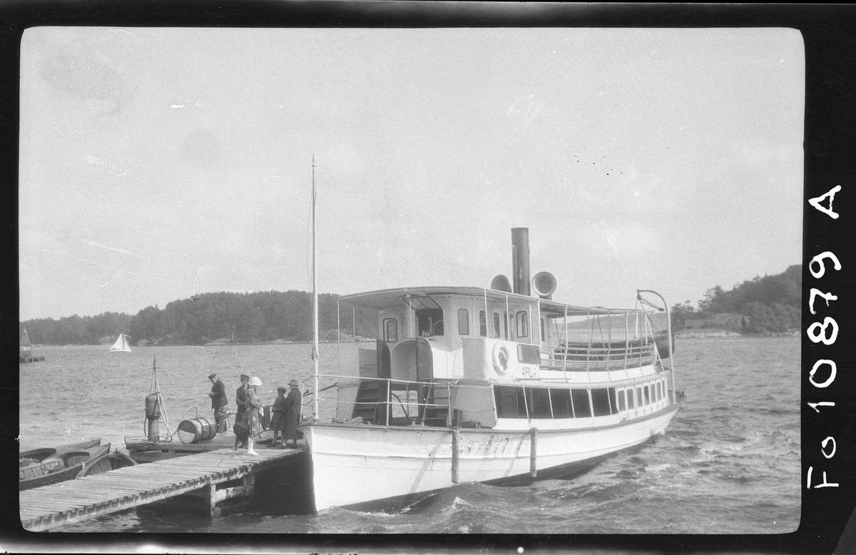 S/S Arla vid Södra Djurö brygga den 23/8 1927.