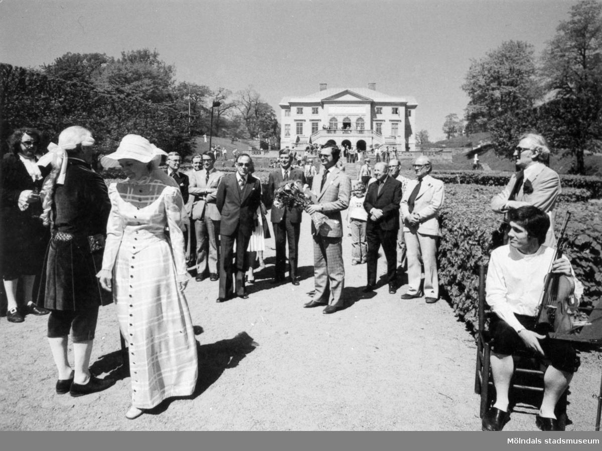 Kungabesök på Gunnebo slott, 1970-tal. I mitten ses Kung Carl  XVI Gustaf hållandes en  blombukett. Längst till vänster Jan Ivar Blixt. Till vänster om kungen står rektor Åke Baaz och landshövdingen Erik Huss. Längst åt höger står fil.dr. Nils Dahlbeck och chefrededaktör Jon E. Lisshammar. mannen som sitter på en stoll längst ut till höger är Ivan Hagberg.