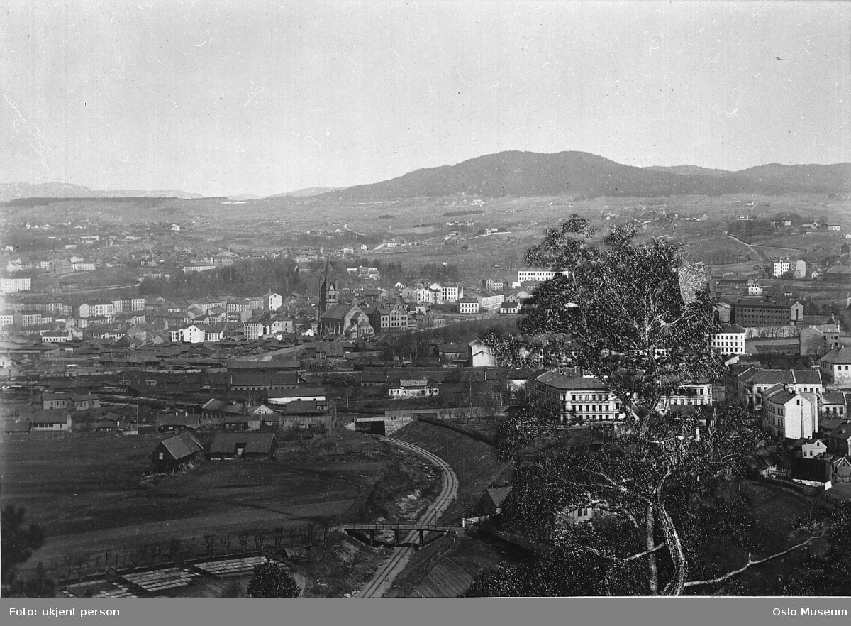 utsikt, jernbanelinje, jernbanebroer, bygårder, fabrikkbygninger, Grønland kirke, Sofienberg kirke