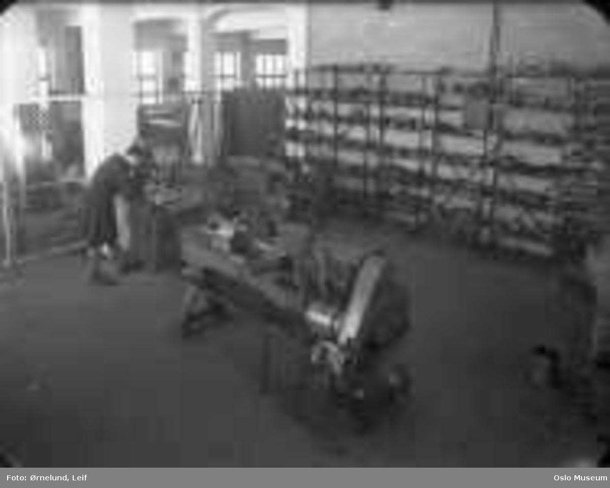 Romo fabrikker, interiør, produksjonlokale, menn2, industrimaskiner