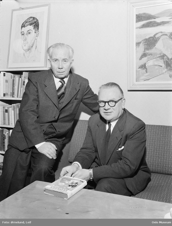 interiør, menn2, forfatter, bokhylle