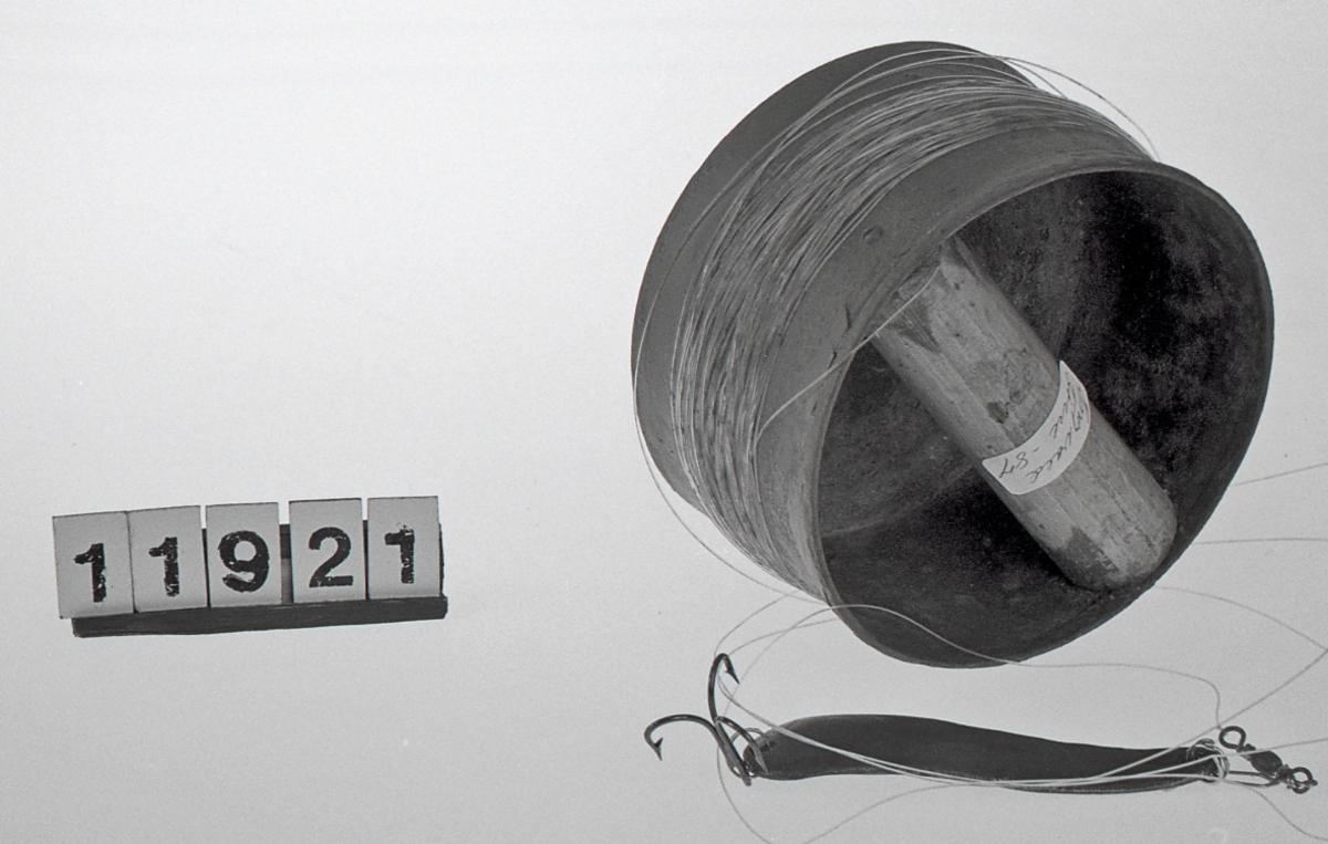 Form: Sylindrisk form, håndtak på tvers inni boksen
