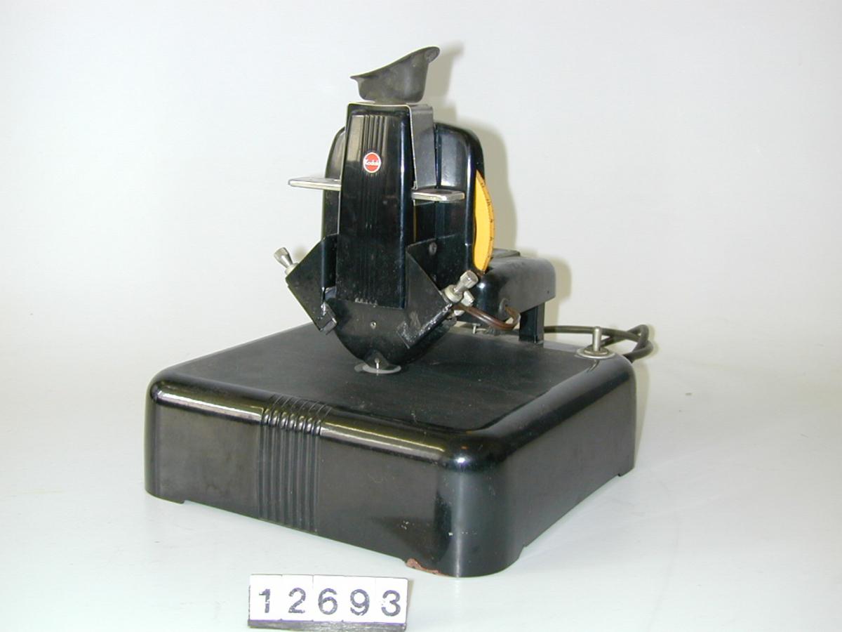 Felt med vertikale smale striper på apparatets framside.