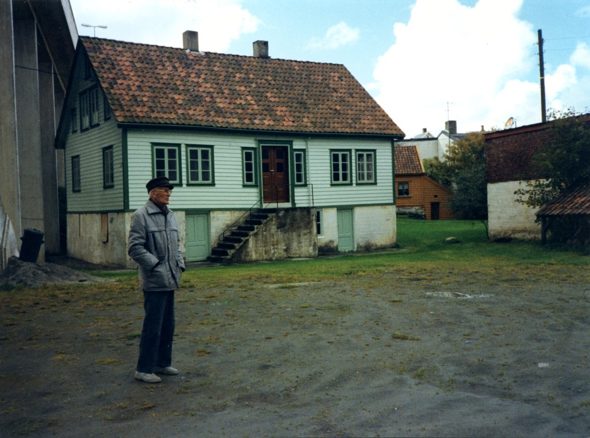 Hilmar Mathias Hovland avbildet foran Brogt. 7b. Hasseløybroa i venstre billedkant