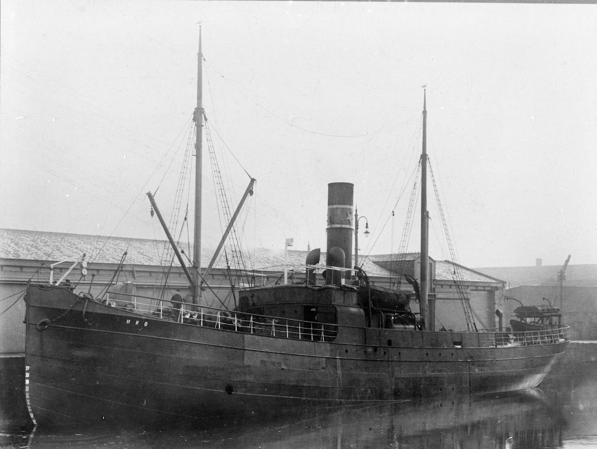 """Dampskipet D/S """"UNO"""" fra Haugesund ved kai."""