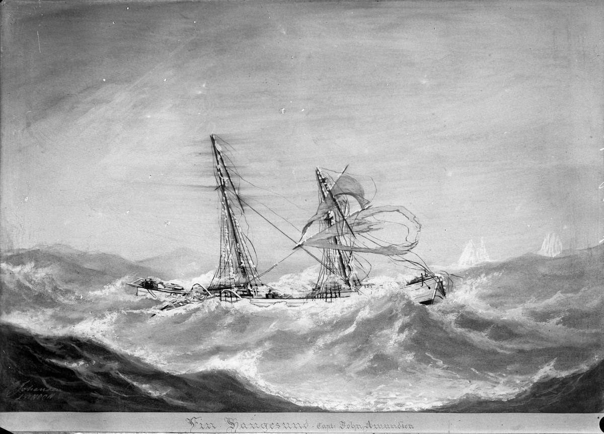 """Avfotografert maleri av galeasen, senere skonnertbriggen, """"Fin"""" i uvær. Flere seil har revnet, øvre del av mastene har knukket, en del ligger i sjøen og bølger skyller over dekk."""