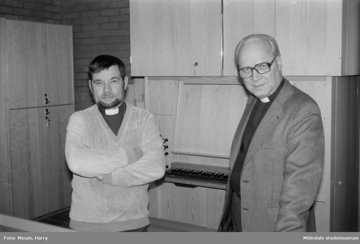"""Nybyggda Fågelbergskyrkan i Rävekärr, Mölndal, år 1984. """"Komminister Jan Merje och kyrkoherde Olof Dotevall är nöjda med den nya kyrkan.""""  För mer information om bilden se under tilläggsinformation."""