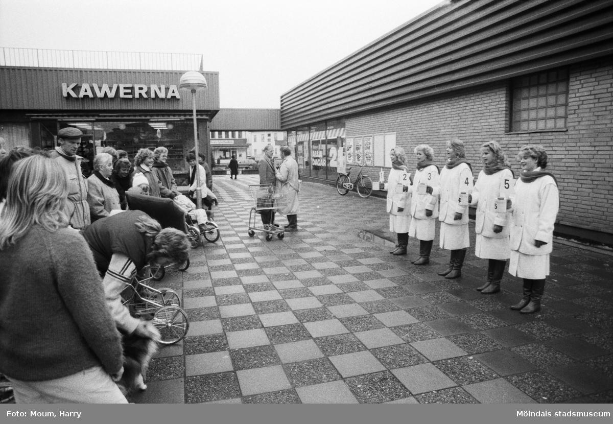 Kållereds luciakandidater presenteras i Kållereds centrum, år 1984.  För mer information om bilden se under tilläggsinformation.