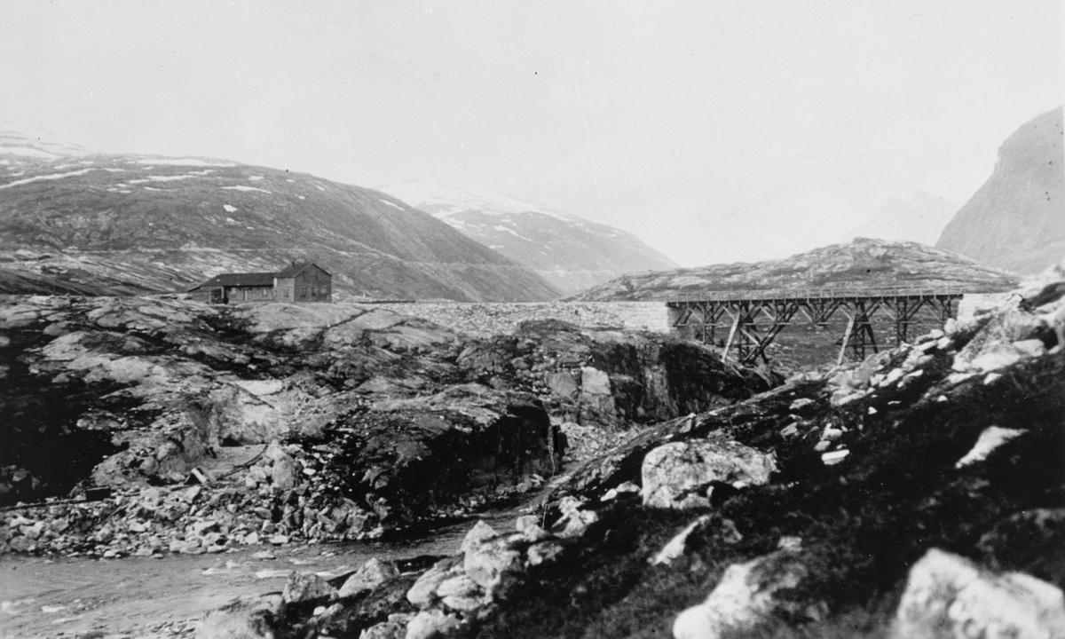 Holbu stasjon og jernbanebro.