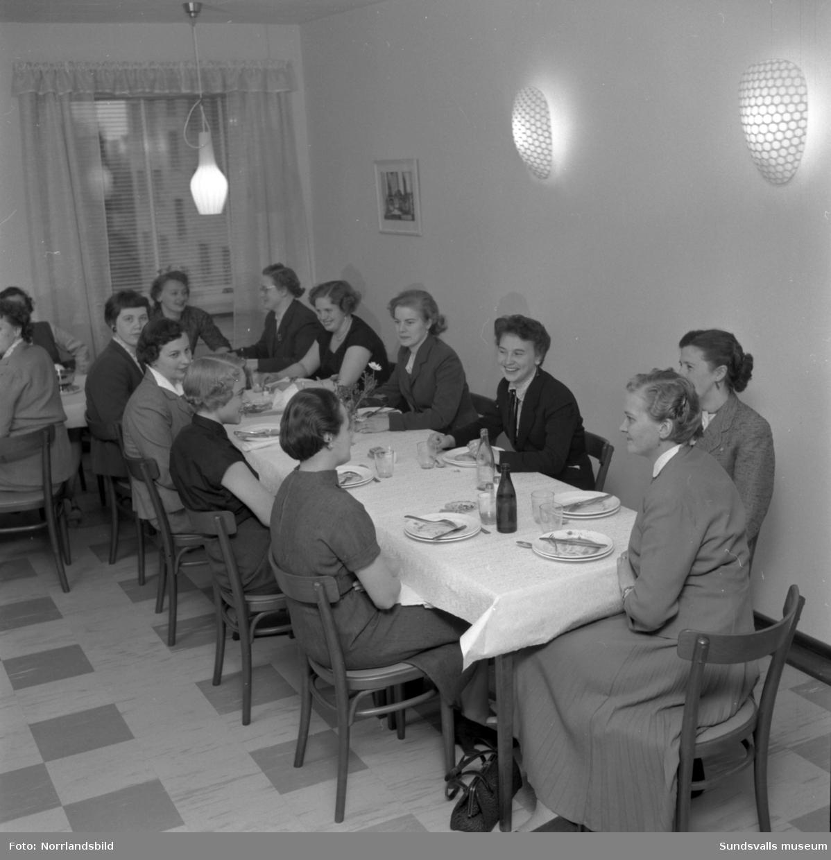 Kvinnliga postkassörskor håller möte i Sundsvall.