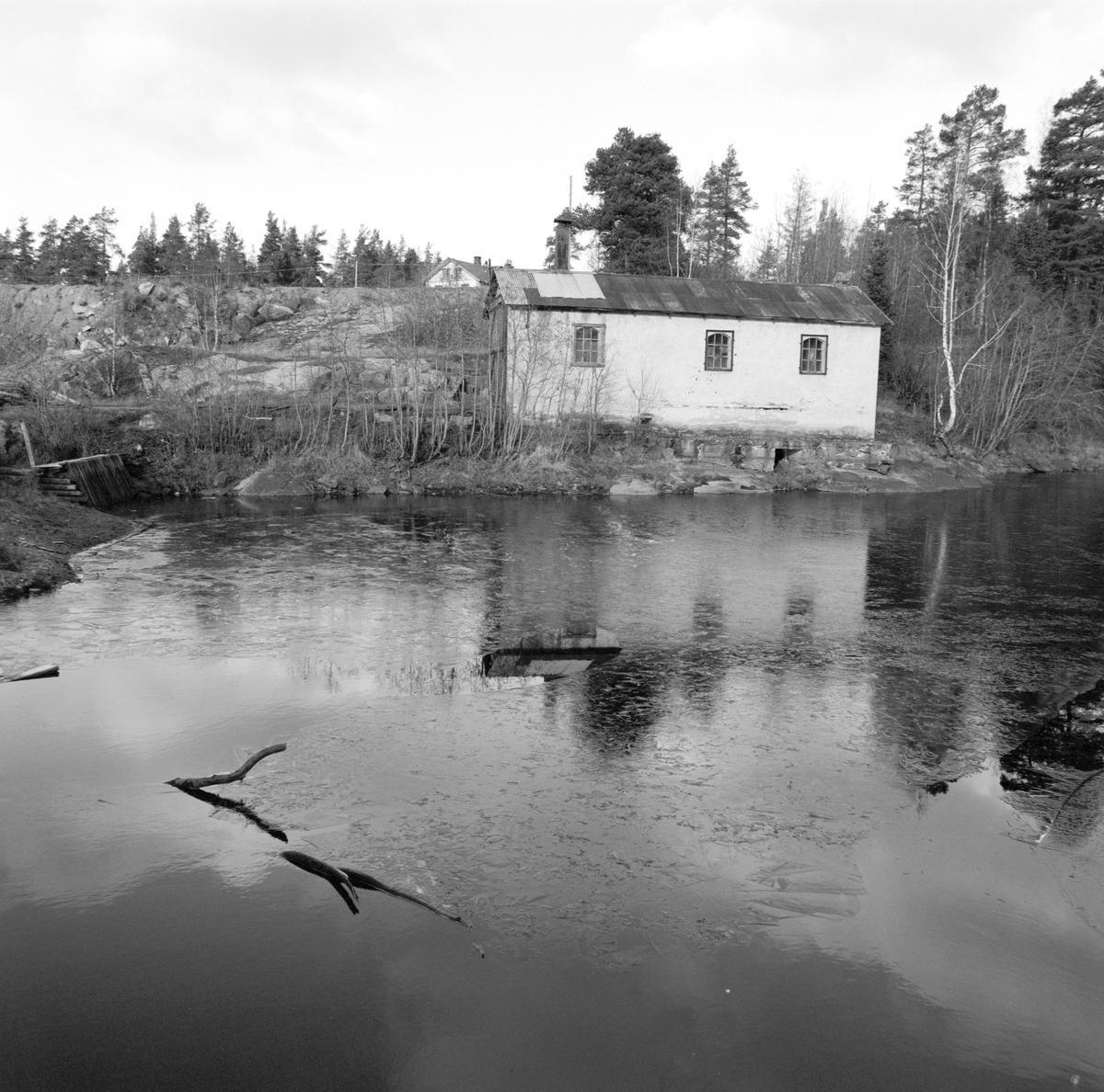 Klevfoss, Ådalsbruk. Lokomotivstallen ved Klevfossdammen. Løten.