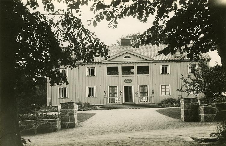 """Enligt Bengt Lundins noteringar: """"Ljungskile. Turisthotellet. Grindstolpar""""."""