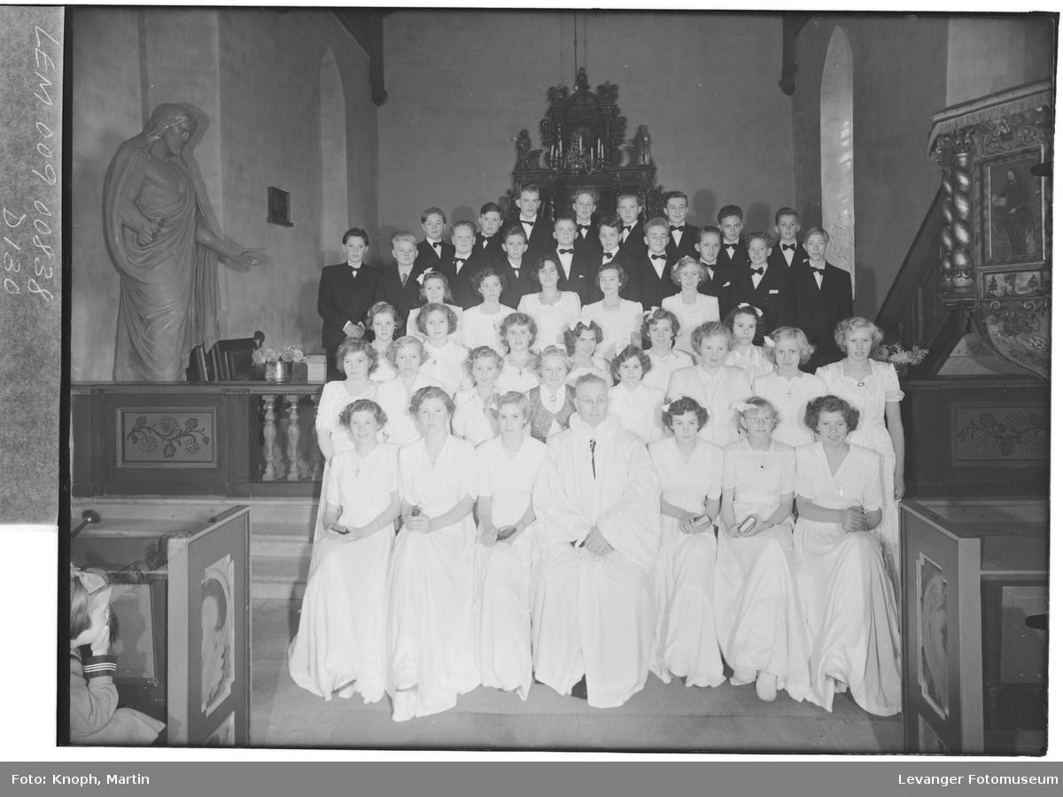 Konfirmantgruppe med prest i Snåsa kirke