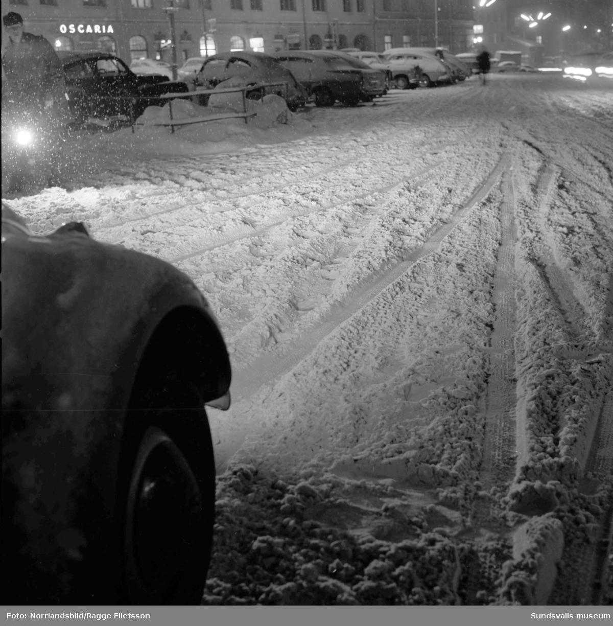 Gatorna i Sundsvall är moddiga och svårframkomliga efter saltning.