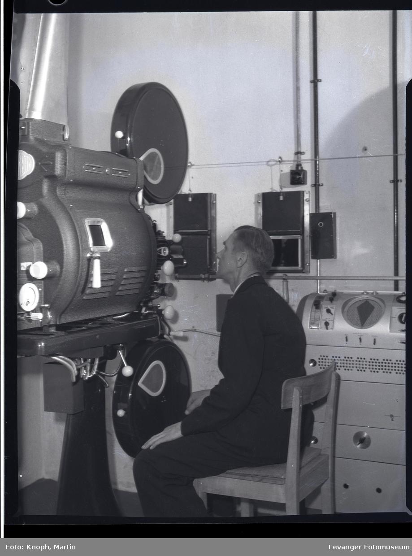 Prosjektorrommet og maskinist i kinosalen ved Steinkjersannan