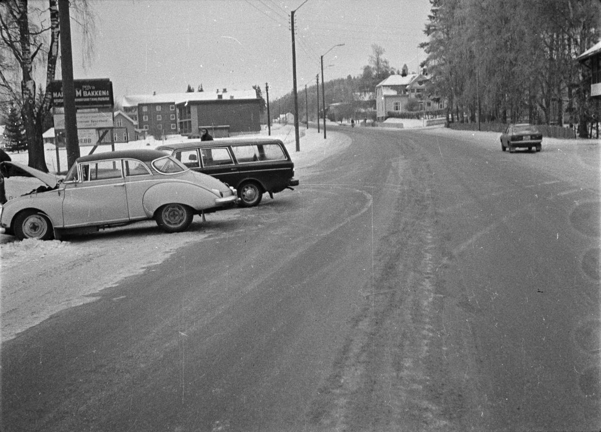 Bulkede biler ved Fina-stasjonen i Trysilvegen. Elverum.
