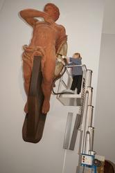Intendent Sanna Allesson-Nyberg dammar av föremål i minnesha