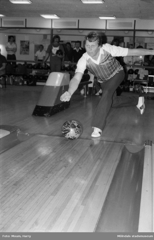 """Nattbowling på Kållereds bowlinghall, år 1984. """"Bowling är kul. Här spelar Kjell Berndtsson, Gbgs Taxi """"ut"""".""""  För mer information om bilden se under tilläggsinformation."""