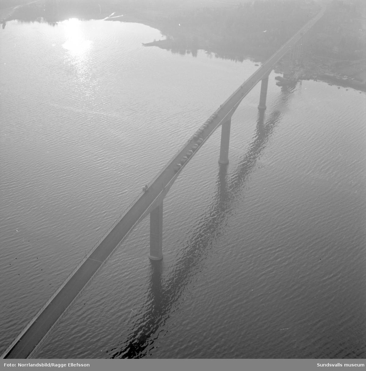 Flygfoto över Alnöbron som provbelastas inför invigningen. Tio lastbilar syns mitt på bron.