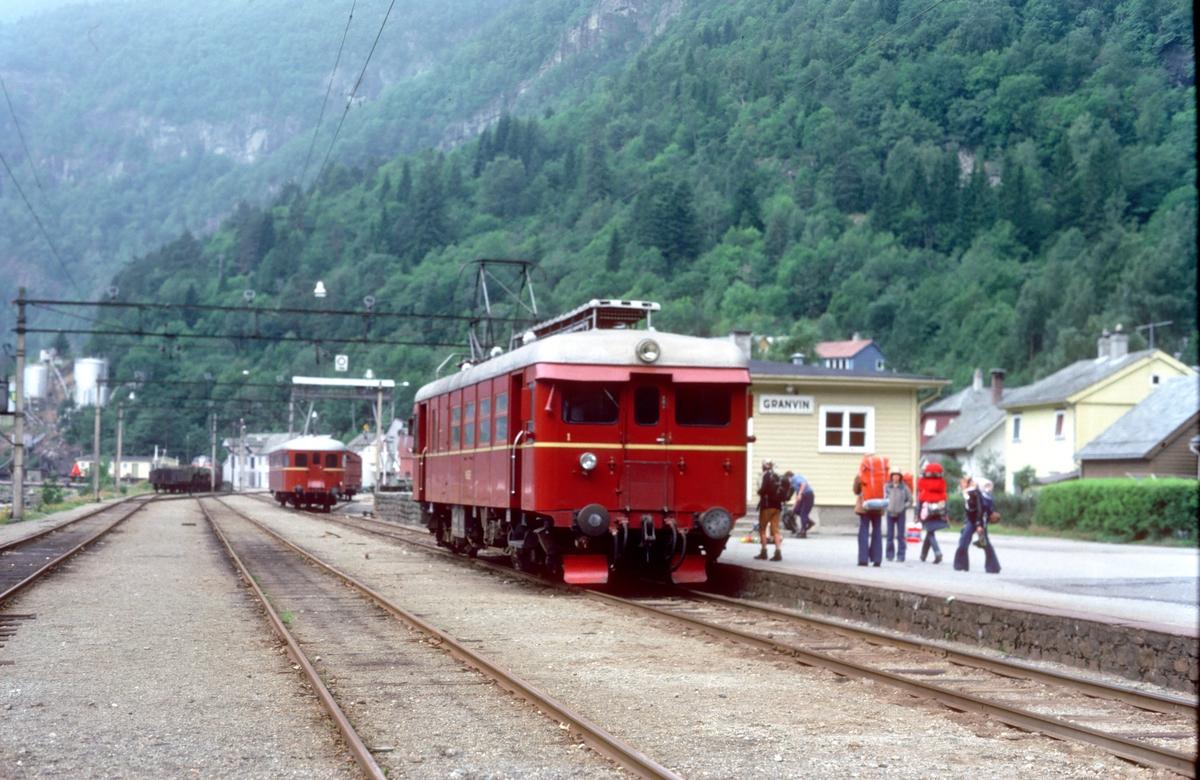 Hardangerbana. Granvin stasjon, tog til Voss. NSB elektrisk motorvogn type BM 64.
