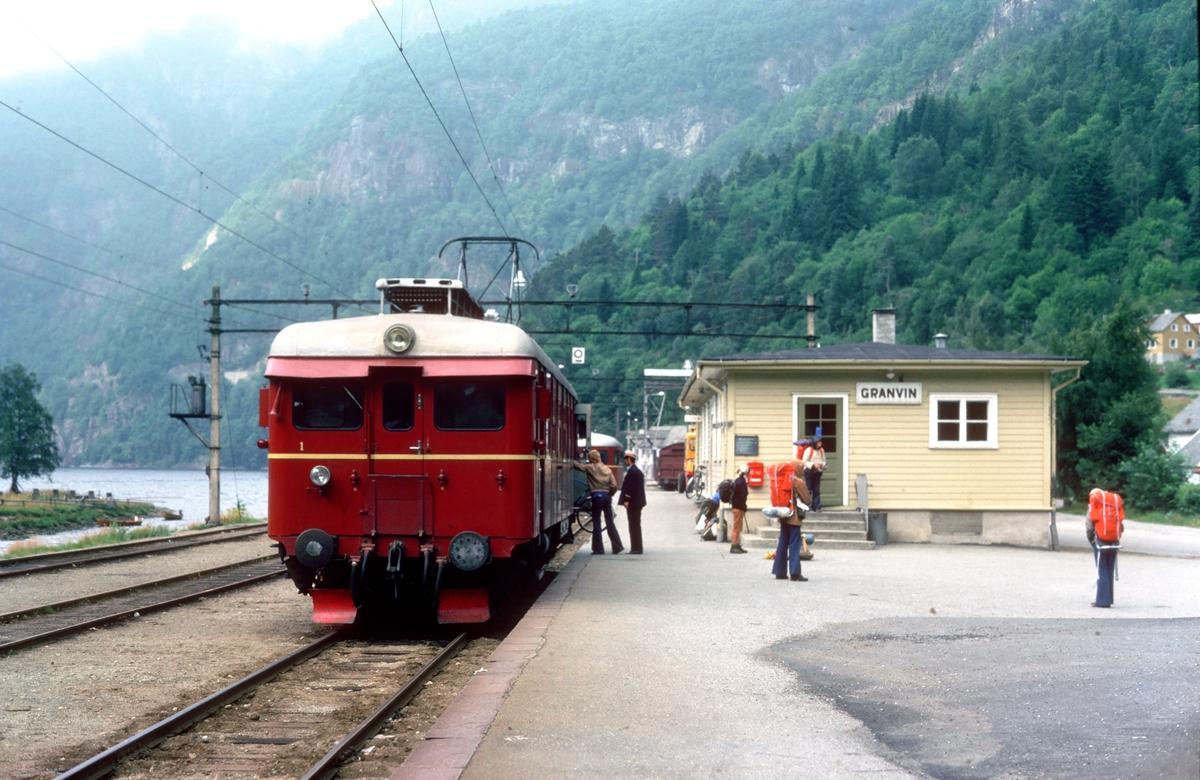 Hardangerbana. Granvin stasjon. Tog til Voss. NSB elektrisk motorvogn BM 64 05.