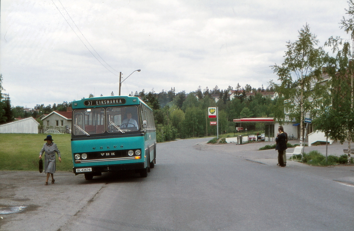 Buss på rute 37 Sykehusene - Eiksmarka ved Eiksmarka senter holdeplass. Lommedalsbussen A/S. Volvo med VBK karrosseri. BL 42674, levert november 1974.