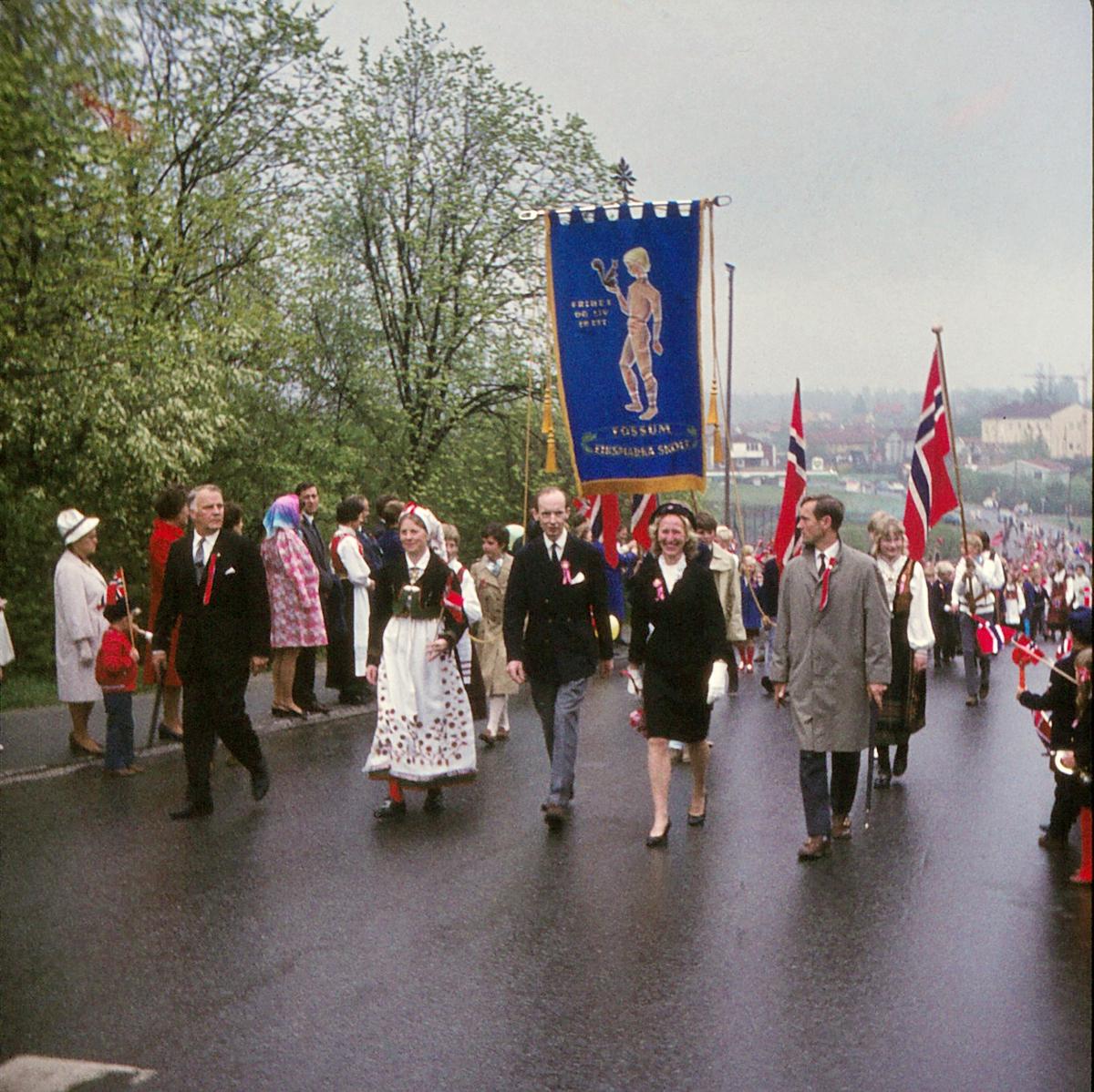 Eiksmarka skole sitt 17.mai-tog ved krysset Niels Leuchs vei - Eiksveien.