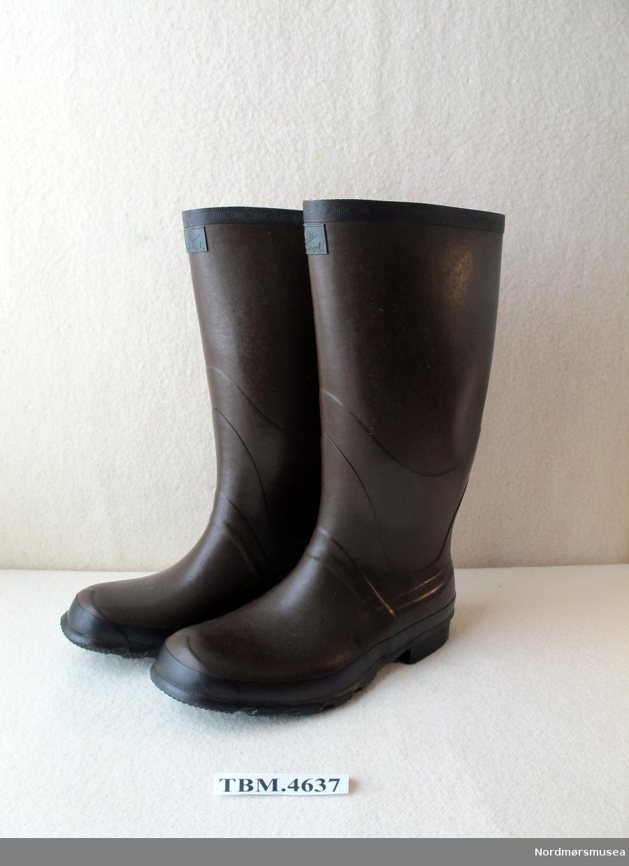 Store, langskafta gummistøvler for voksen mann. Brune med svart kant og svart såle.