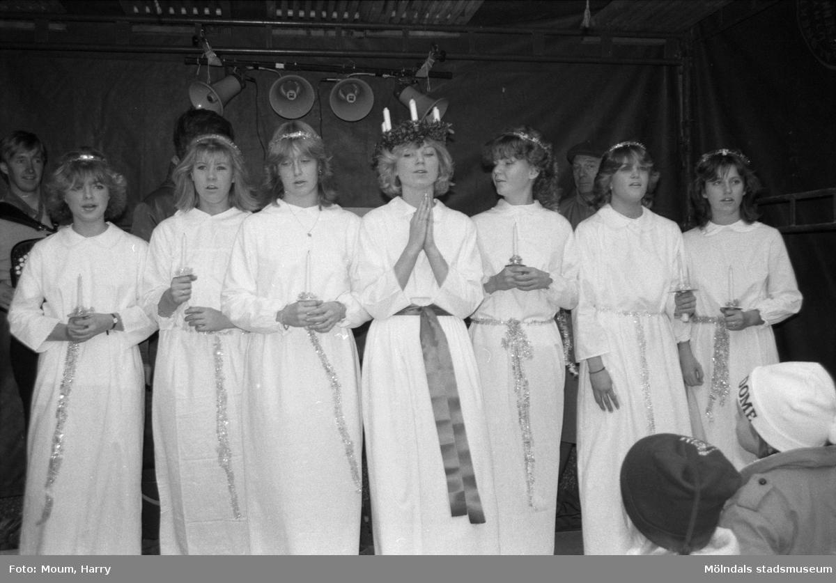 """Julmarknad i Lindome centrum, år 1984. """"Lindomes luciatrupp 1984 vid kröningen på torget.""""  För mer information om bilden se under tilläggsinformation."""