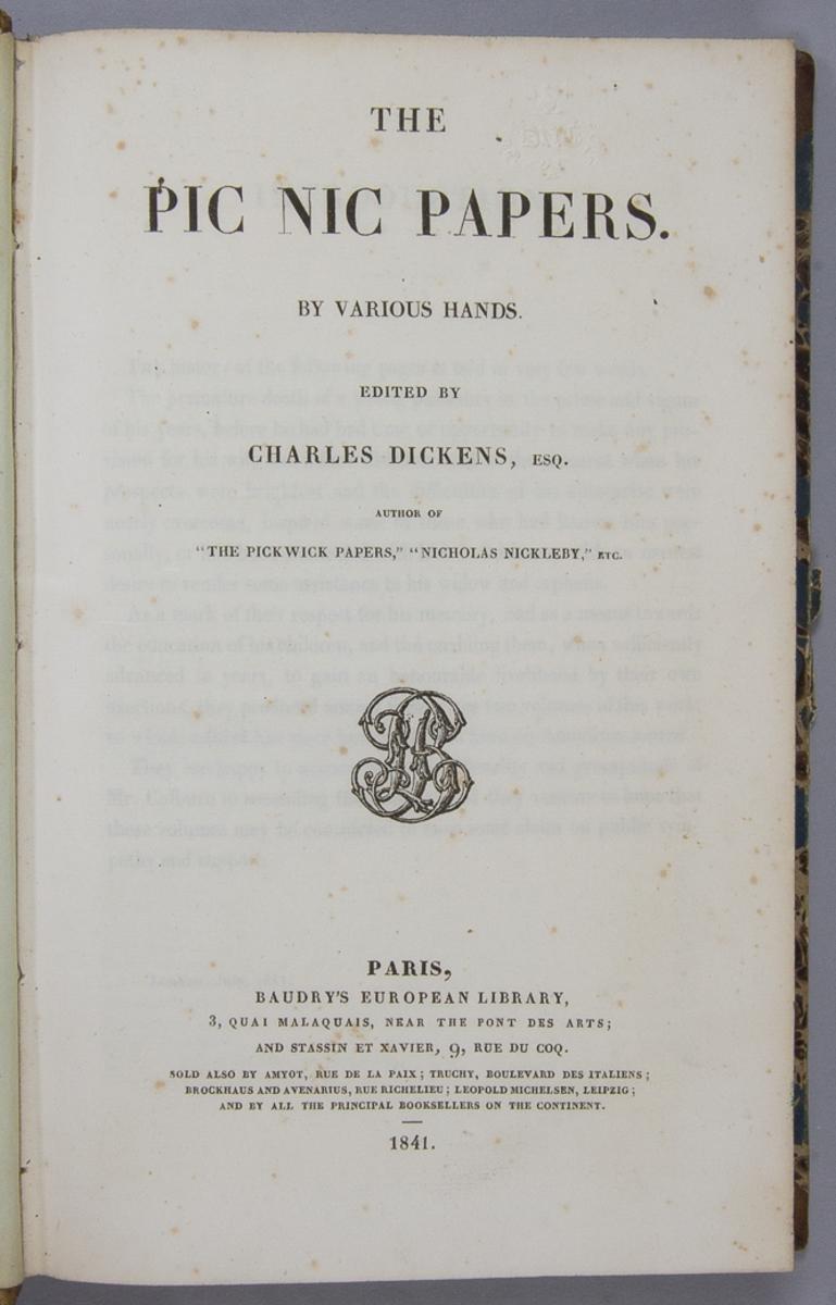 """Bok, halvfranskt band: """"The Pic Nic Papers"""" redigerad av Charles Dickens och tryckt av Baudry i Paris 1841.  Bandet med blindpressad och guldornerad rygg. Pärmen klädd i marmorerat papper, med blått och brunt på rosa botten. Snittet med grönt stänk."""
