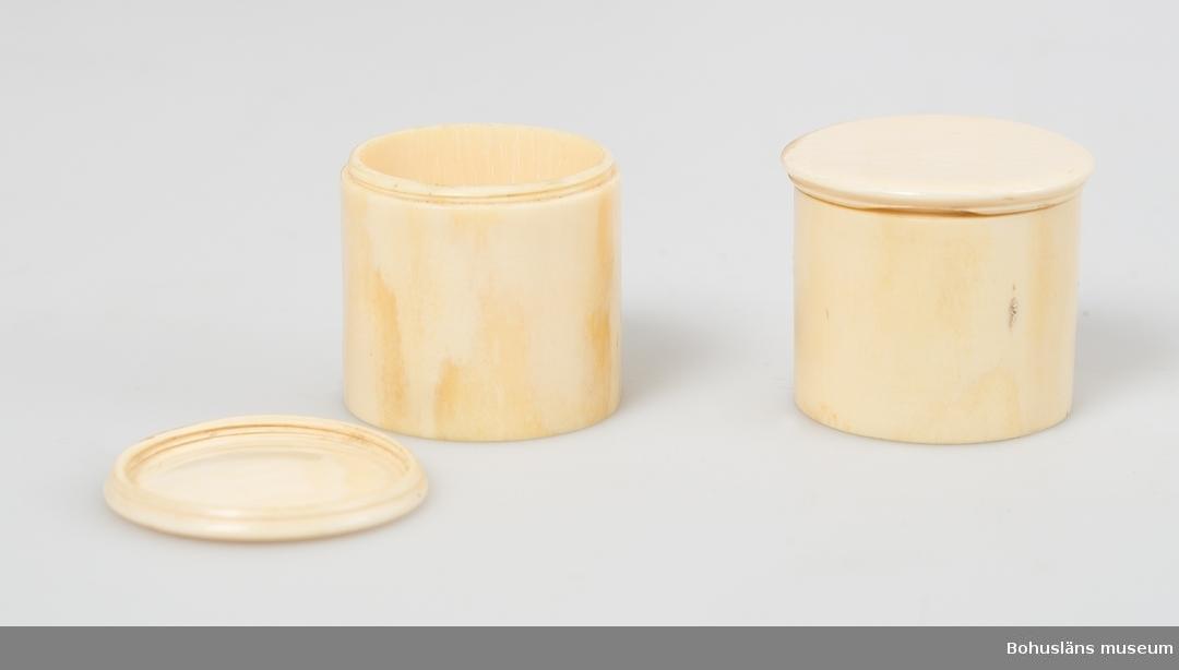 Skrivschatull av mahogny med mässingsbeslag. Uppfällbar med sluttande plan. Tillhörande exklusiv inredning, filt-, moiréband och sammetsklädd. Tillhörande utrustning med bl.a bläckhorn, sandströare, mäsingsljusstakar, slipade och graverade glasflaskor, spegel, elfenbensburkar, strigel, se fotografier. Strigeln med påklistad tryckt manual med rubriken: DIRECTIONS FOR USEING WEST'S RAZOR STRAPS, LONDON.