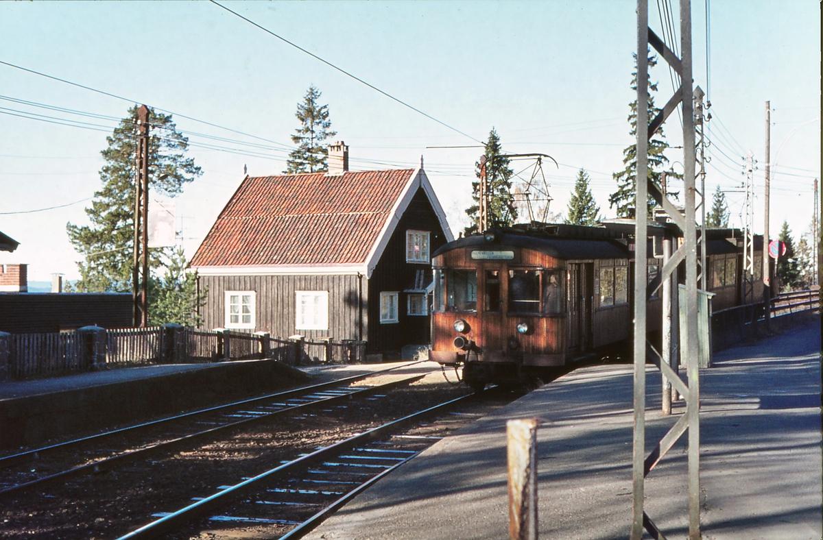A/S Holmenkolbanen. Tryvannsbanen, Voksenlia stasjon. Vogn 611 og 612, type 1951.