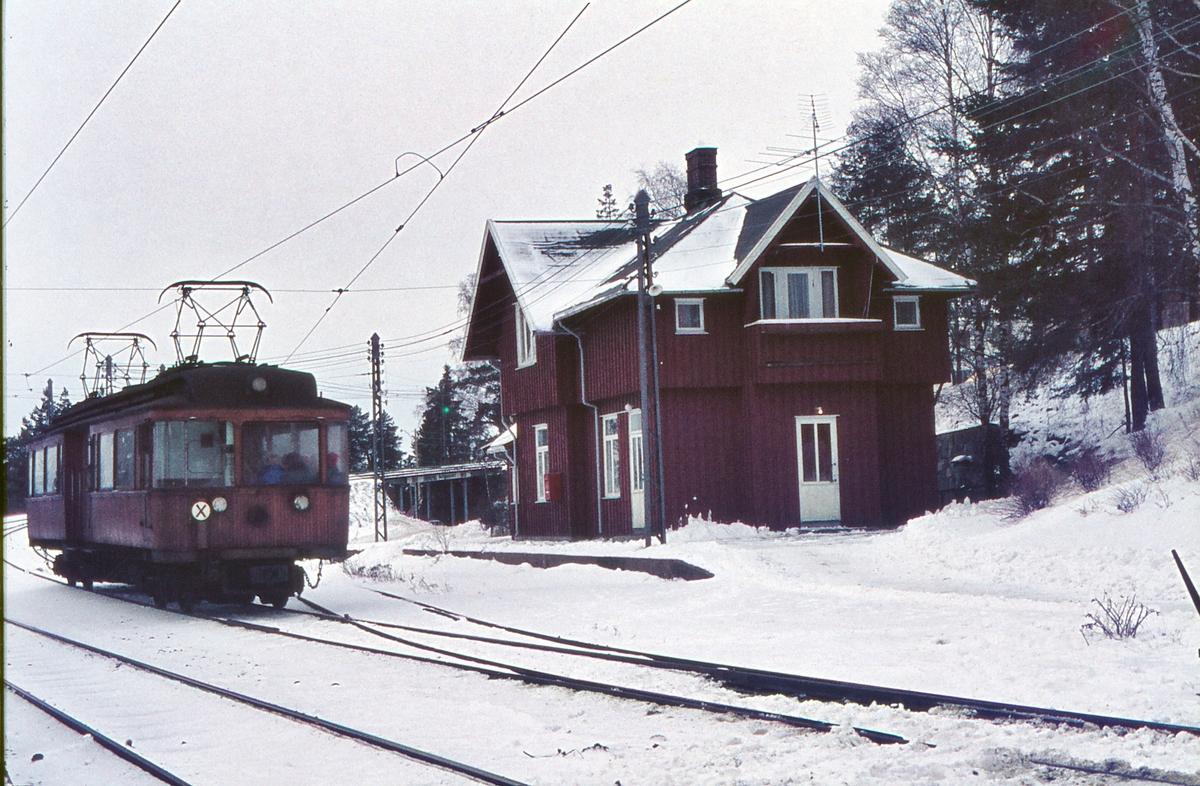 A/S Holmenkolbanen. Holmenkollbanen. Besserud, opprinnelig Holmenkollen stasjon. Vogn 31, type 1909 (Skabo, Westinghouse, HKB verksted), som ekstravogn til Frognerseteren.