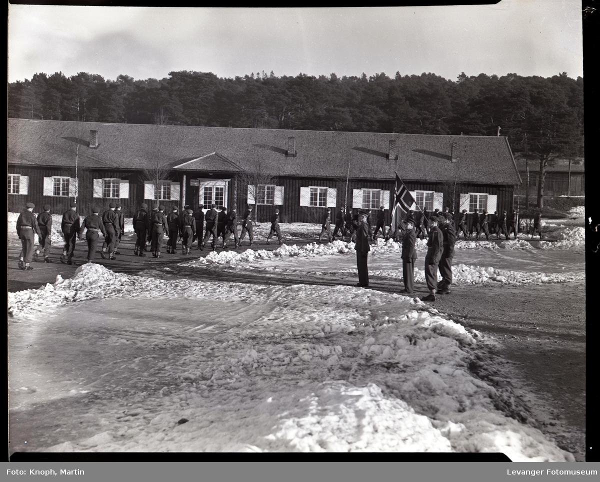 Soldater marsjerer inne på leirområdet, Steinkjersannan
