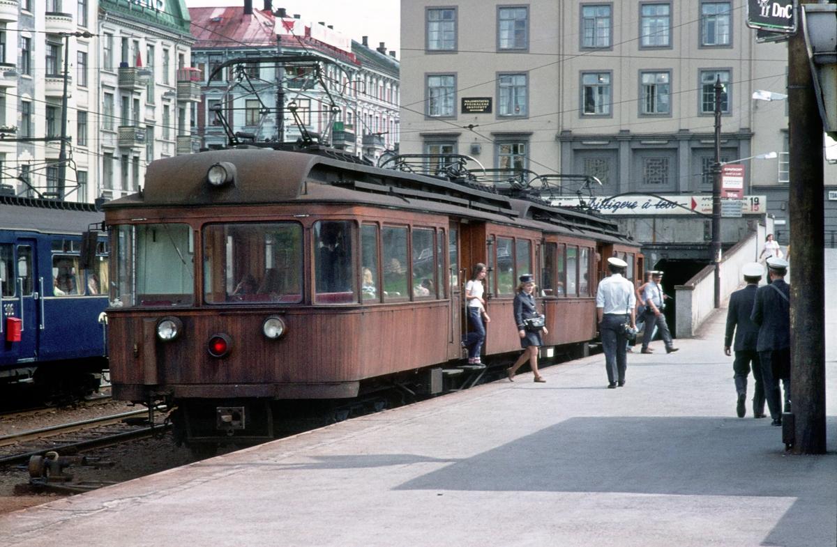 A/S Holmenkolbanen. Oslo Sporveier. Personalbytte i Majorstuen stasjon. Vogn 31 og 37, type 1909 (Skabo, Westinghouse, HKB verksted) i rute på Røabanen.