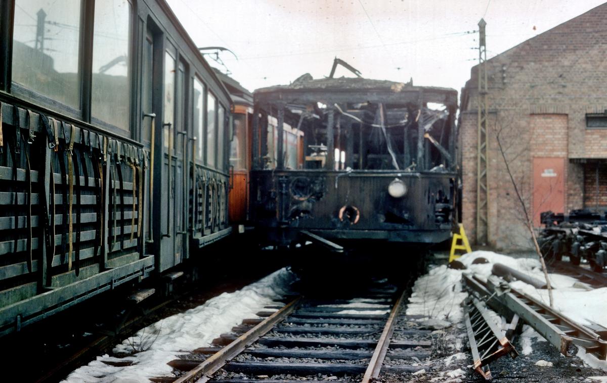 A/S Holmenkolbanen. Oslo Sporveier. Vogn 202 type 1934 (Skabo, NEBB) etter brann ved Gulleråsen. Vognen ble utrangert.