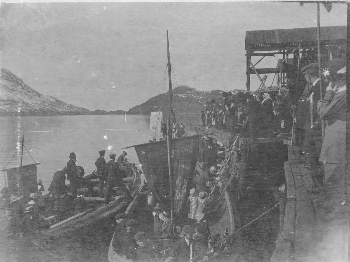Folk i båt kommer til Sigerfjorden i Sortland for å feire 17. mai. Nothjellene til Koldevin Stavem bak til høyre