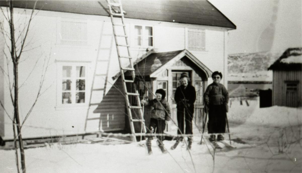Vinter i Skjomnes - muligens 1937. Enevold sammen med søskenbarn fra byen: Jorun Marie  og Leif Andreas f. 13. 11. 1930.