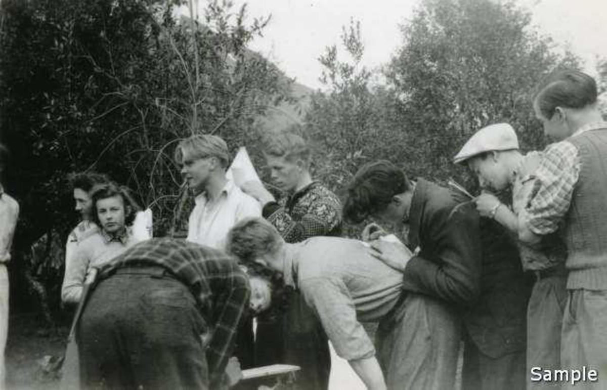 Siste dagen på leira skrives det flittig i minnebøker. NGU-leira på Hol i Tjeldsund 1942. (-43?)