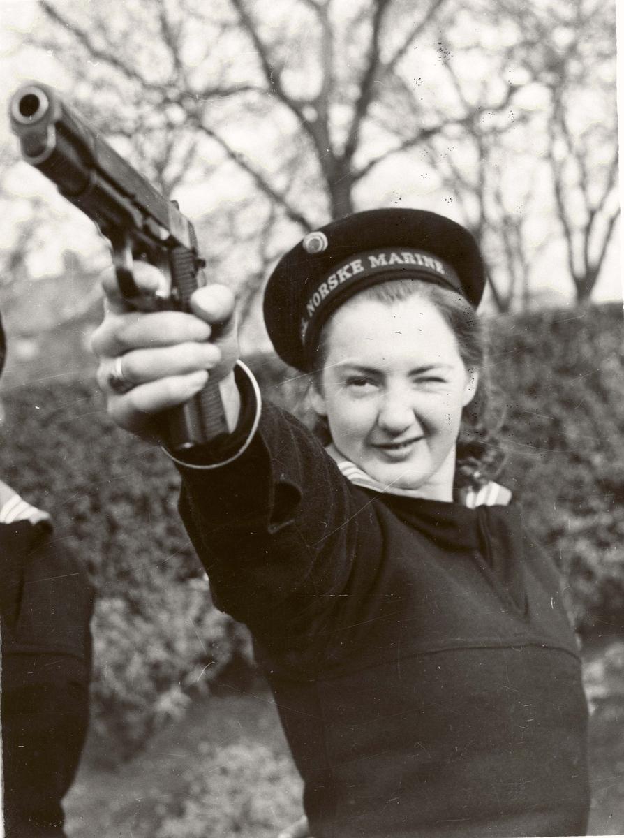 Motiv: Marinens Kvinnekorps 1942-1945 Kurs 2 1942 Liverpool Ruth Karlsen. Sikteøvelser.