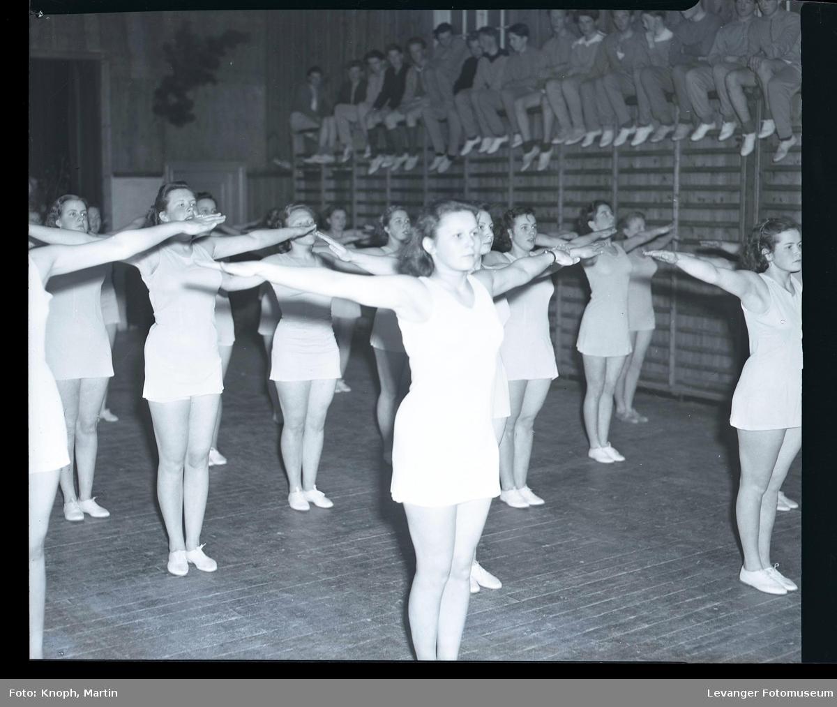 Gymnastikkoppvisning på Sund Folkehøgskole  II