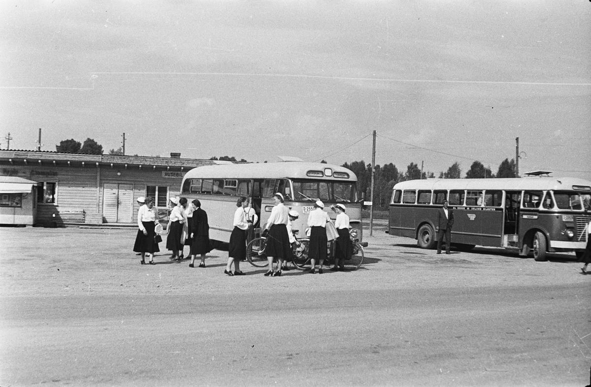 Sangens og musikkens dag. 30.05.1954. Sangere ved rutebilstasjon. Østmoehjørnet. Elverum.