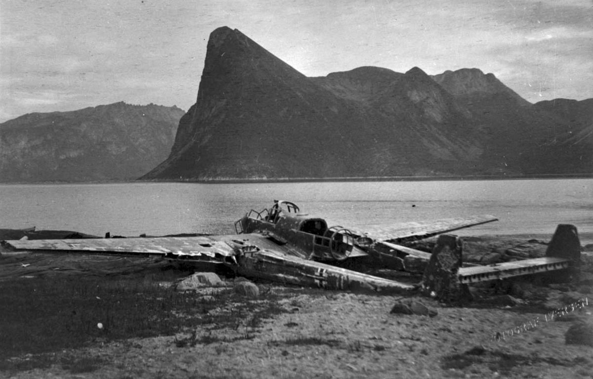 1 ødelagt fly, flyvrak i strandkanten, Focke-Wulf FW 189 Uhu A-1 V7+H(I??) fra 1 (H) / 32.