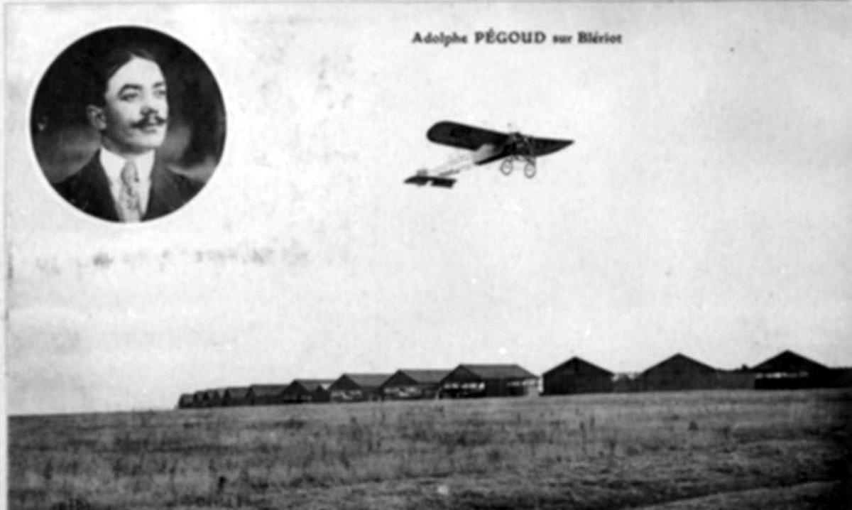 Luftfoto av ett fly, Bleriot XI-2. Portrett av mann (innfelt)