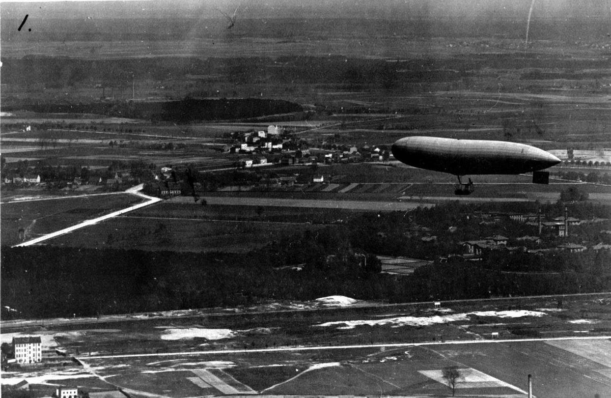 Ett luftkip på bakken, Parseval P.L.1.  Flere personer ved luftskipet.