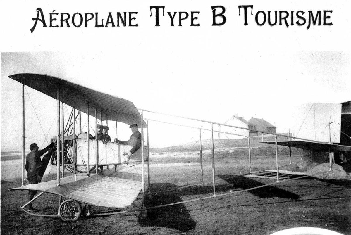 """Utklipp. Ett fly på bakken, Caudron B, """"Tourisme"""". Fire personer, menn, ved flyet."""