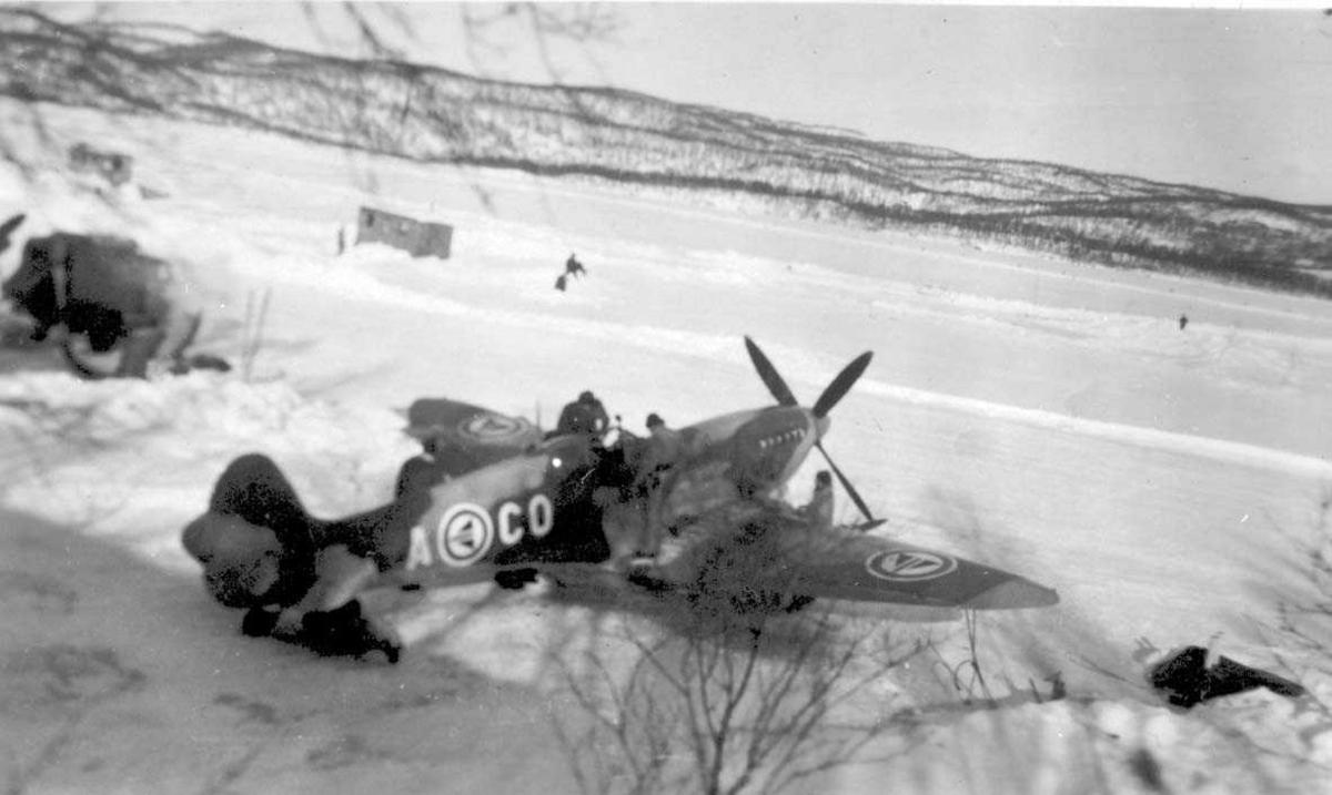 Ett fly på bakken, Spitfire MK.Vc, A-CO fra RNoAF. Snø på bakken