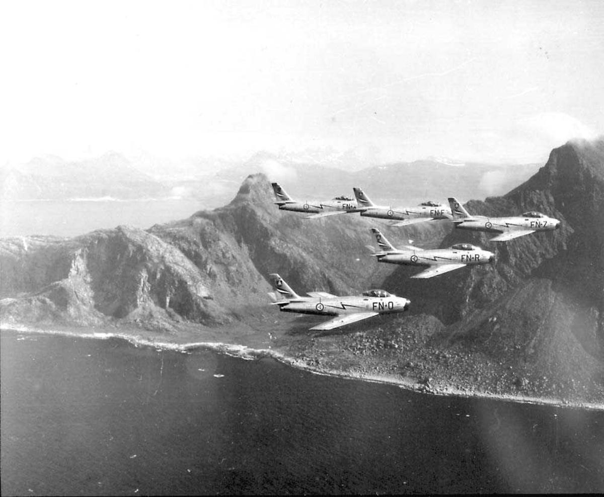 Luftfoto av fem F-86F Sabre tilhørende 331 skv  i formasjon.  FN-O ser 53-1141 FN-R ser 53-1104 FN-F ser 53-1078 FN-X ser 52-5167 FN-Z ser 53-1169 Se også NL.03010013-15-16                 NL.04160038-39-40                 NL.99330066-67